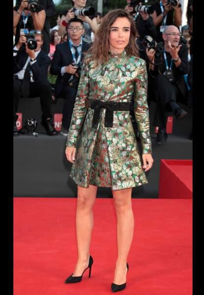 Elodie Bouchez préfère le court avec sa robe fleurie en jacquard