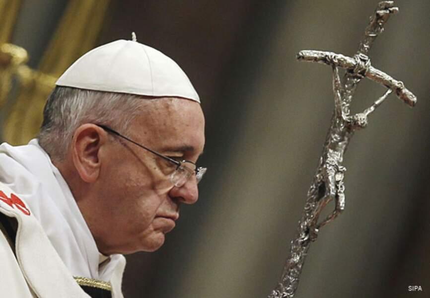 François se recueille auprès de la croix de Jésus