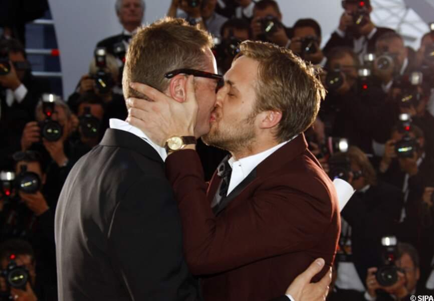 Ryan Gosling embrasse Nicolas Winding Refn pour son prix de la mise en scène en 2011 remporté grâce à Drive