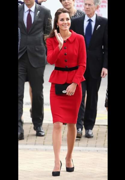 Son tailleur-jupe rouge et noir Luisa Spagnoli