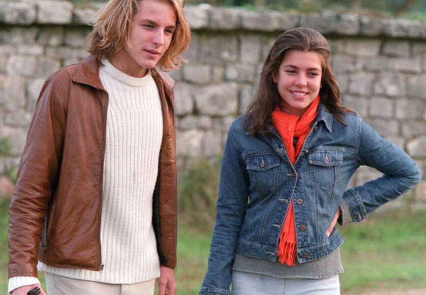 Charlotte et son grand-frère Andrea visitient une école de jockey en octobre 2001