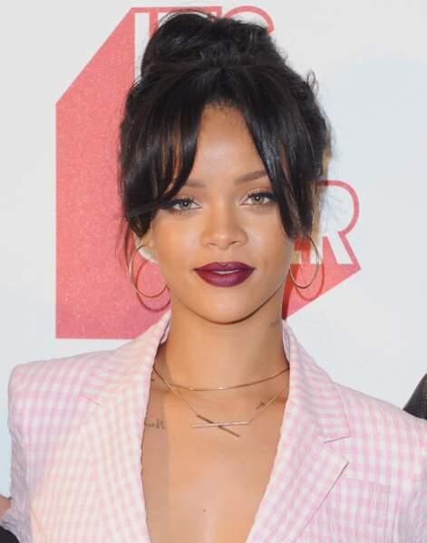 Un chignon flou et quelques mèches laissées libres, Rihanna est prête pour sortir