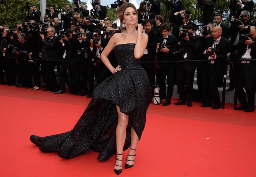 Cheryl Cole côté face dans sa robe Monique Lhuillier, bijoux De Grisogono