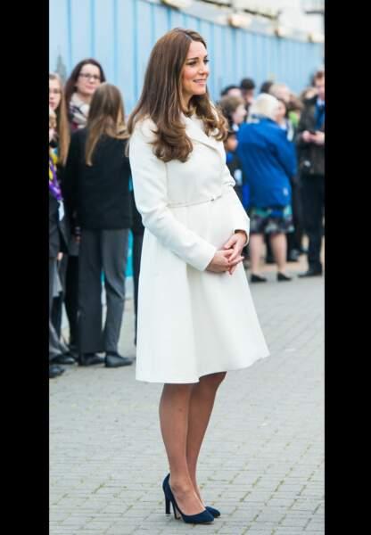 De profil, princesse Kate révèle son ventre de future maman