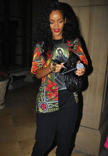 Rihanna en t-shirt Givenchy et pantalon harem Tom Ford