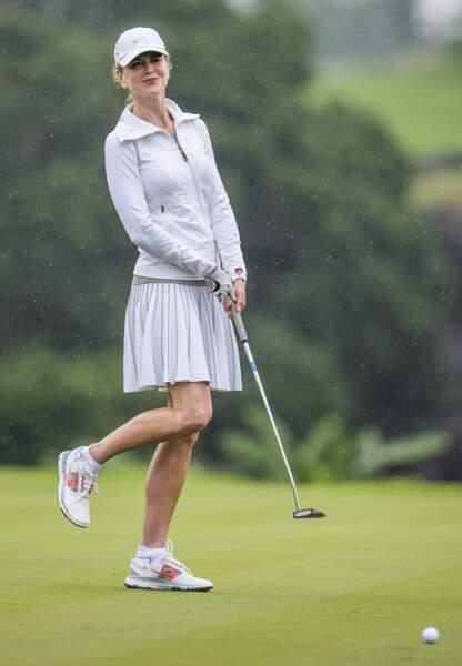 Nicole Kidman, toute en blanc et heureuse sur le terrain de golf
