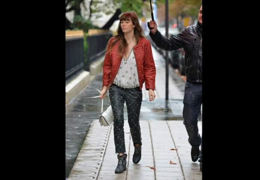 Jessica Biel en total look Isabel Marant sous la grisaille parisienne