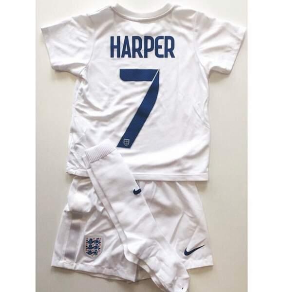 Lorsqu'il a rencontré l'équipe féminine d'Angleterre, David s'est fait offrir une tenue floquée pour la fillette