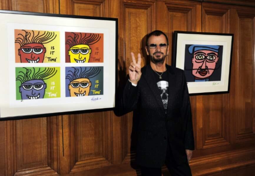 Ringo Starr devant deux de ses tableaux