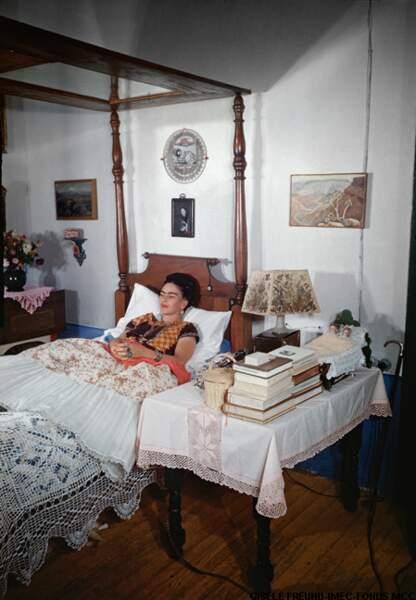 De son lit à baldaquin elle reçoit sa famille, ses amis