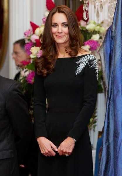 Catherine dans une robe noire Jenny Packham avec une fougère brodée sur l'épaule