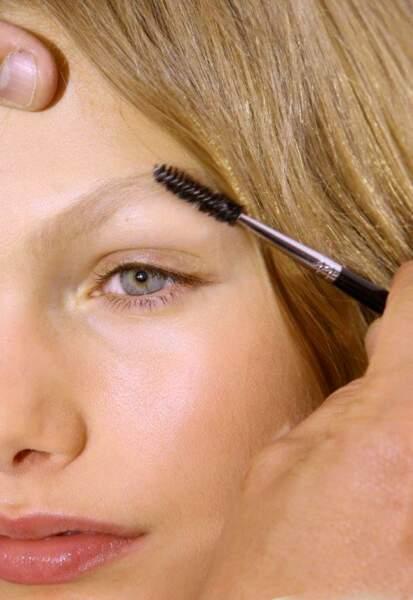 Le brossage des sourcils, l'ultime astuce beauté