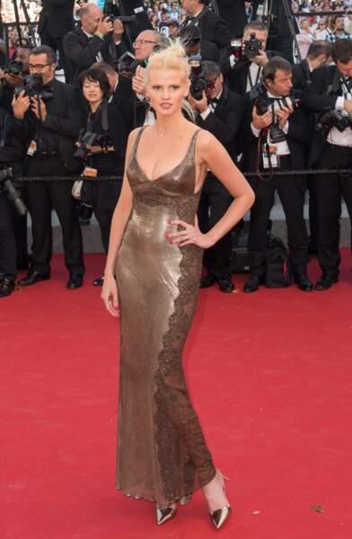 Lara Stone, égérie L'Oréal Paris, en robe Versace Vintage