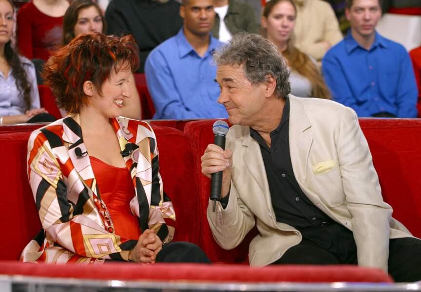 L'homme qui fait rire Anne Roumanoff. Le chanteur en a croisé du beau monde dans cette émission