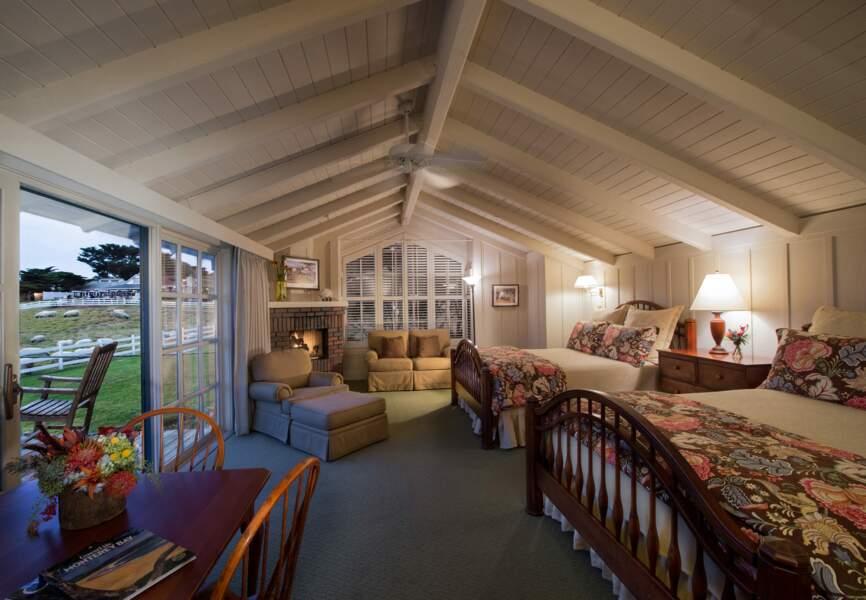 Dans les vastes chambres, chaque meuble a été choisi par le maître des lieux