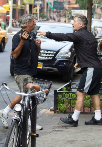 Alec Baldwin menace un paparazzi