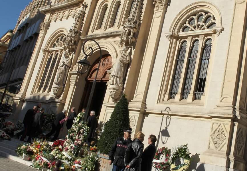 L'église Saint-Charles à Monte-Carlo, dont le parvis est encombré de fleurs