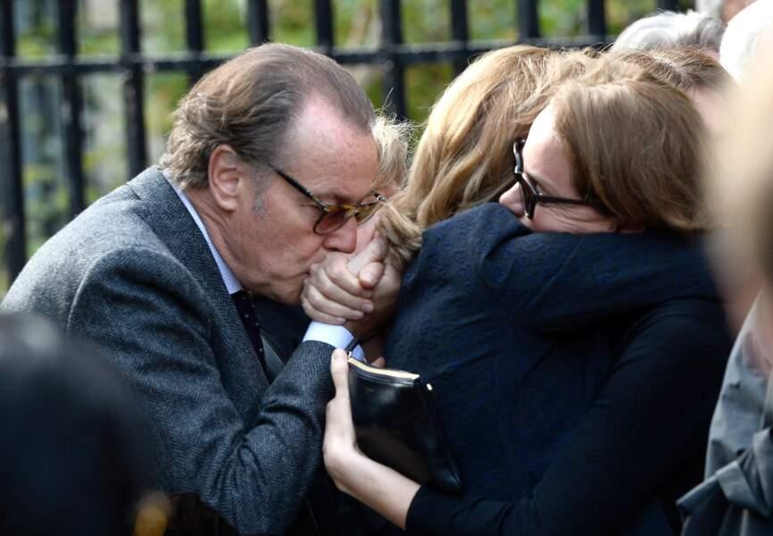 Michel Leeb embrasse la main de Cendrine Dominguez, effondrée