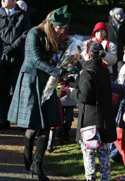 Kate reçoit des fleurs de la part des enfants