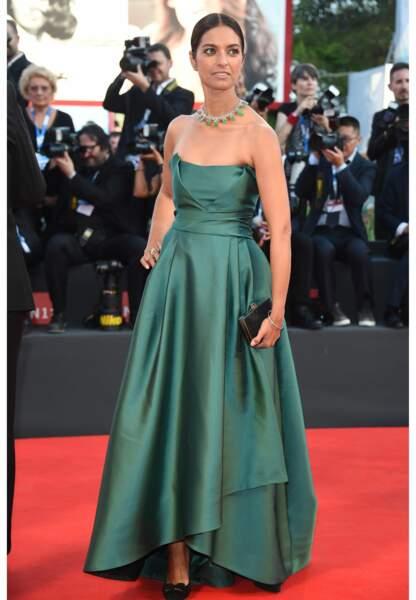 Jhumpa Lahiri dans sa robe bustier chic et satinée