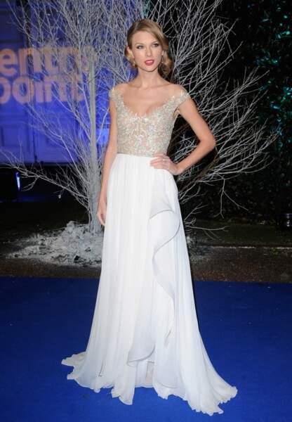 Sublime dans une robe blanche lors d'un Gala de charité à Londres en novembre 2013