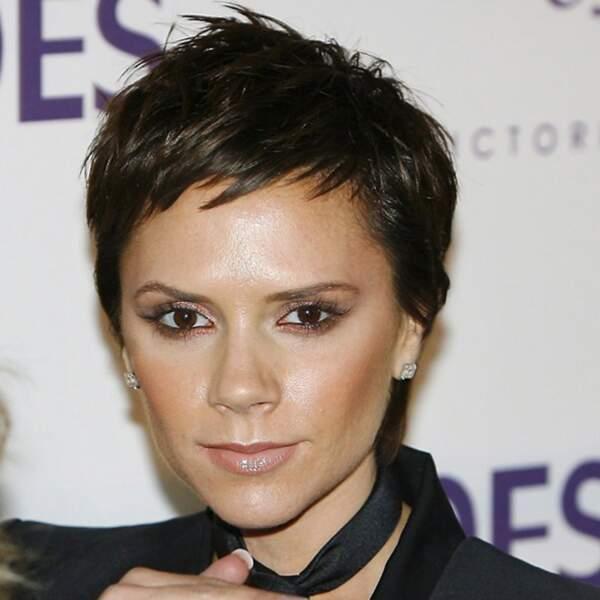 Ou alors Victoria Beckham s'amuse avec une coupe garçonne plus chic