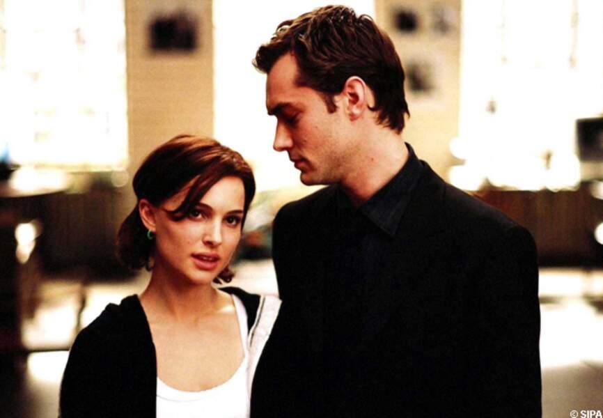 Natalie Portman dans les bras de Jude Law dans Closer entre adultes consentants