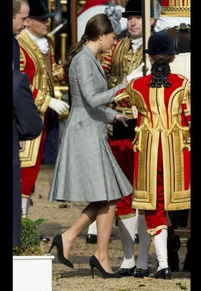 Catherine duchesse de Cambridge se glisse radieuse dans le carrosse royal