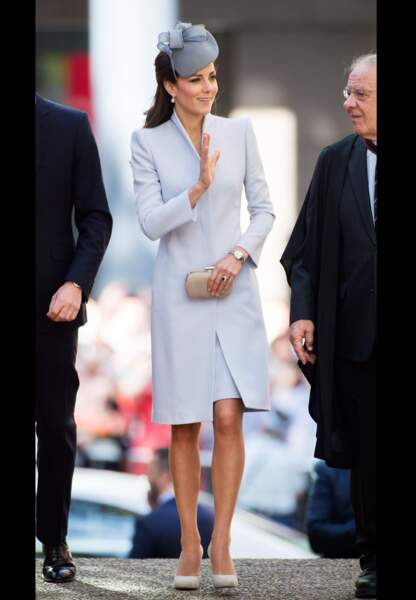 Kate très couture dans son manteau gris perle Alexander McQueen lors de la messe de Pâques