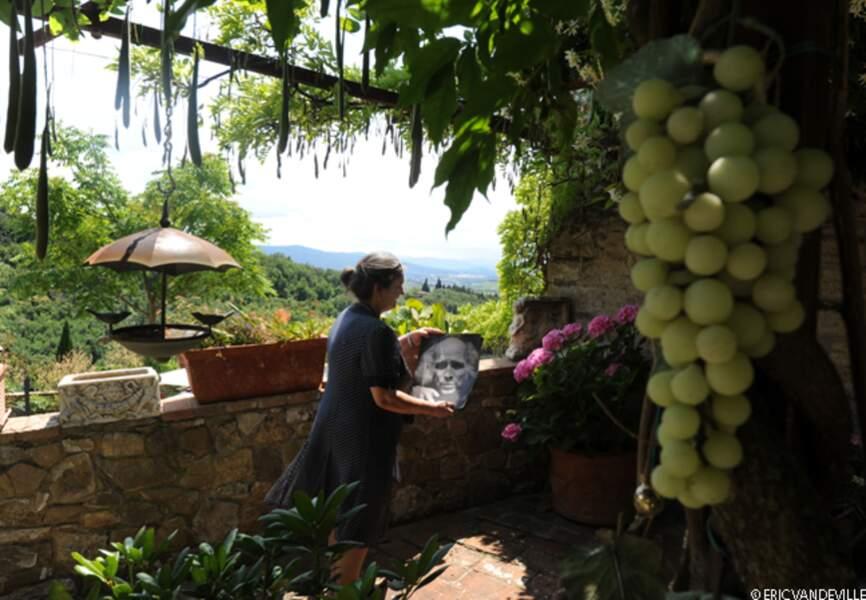 De la  terrasse  ombragée de sa maison, une ancienne ferme à l'architecture typique,  un panorama époustoufflant