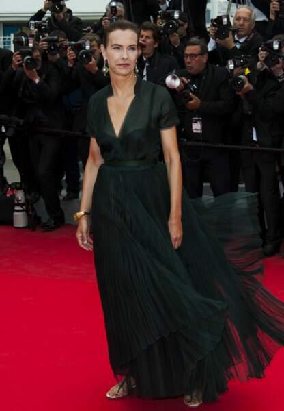 Carole Bouquet radieuse dans sa robe vaporeuse et plissé noire