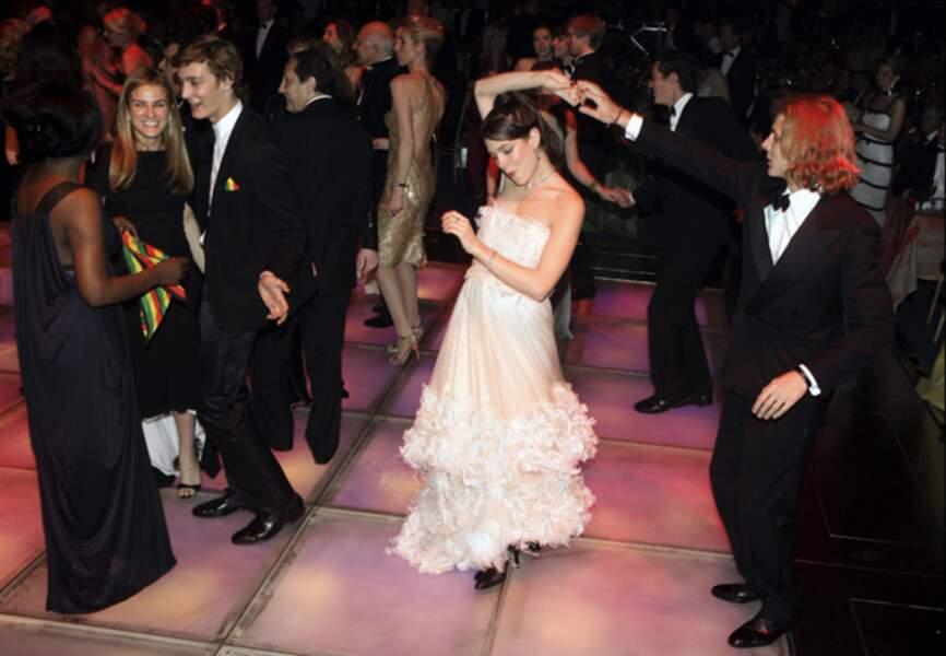 André et Pierre regardent Charlotte enflammer la piste lors du Bal de la Rose en mars 2006