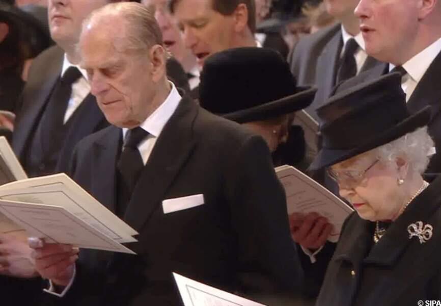 Le prince Philip et Elizabeth II au cours de la messe