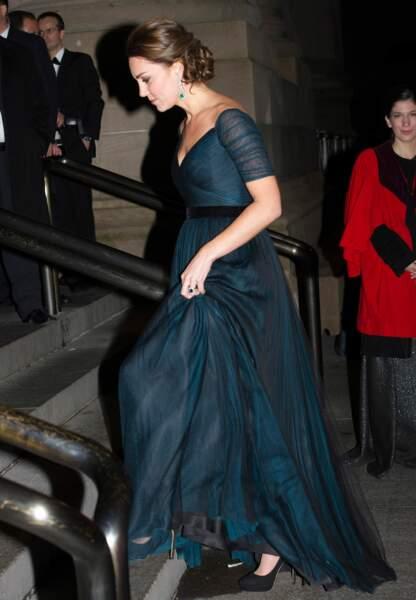 De profil, sa robe souligne ses rondeurs de future maman