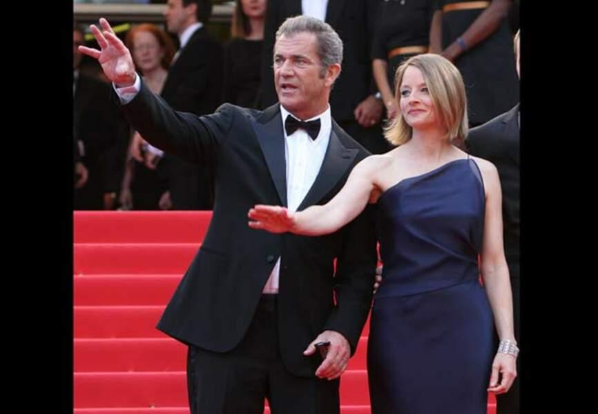 Quand Jodie Foster dans sa robe Giorgio Armani monte les marches aux côtés de son ami de toujours Mel Gibson