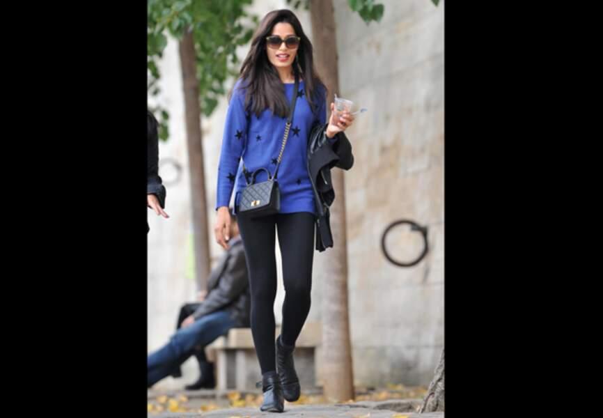 Pull étoile, legging noir, boots motard pour Freida Pinto