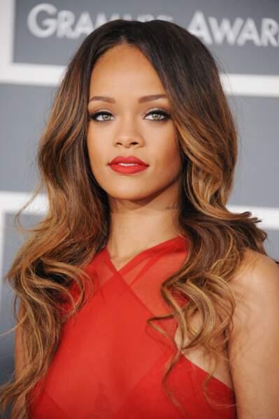 En février 2013, Rihanna passe au châtain, et opte pour de simplissimes mais efficaces ondulations
