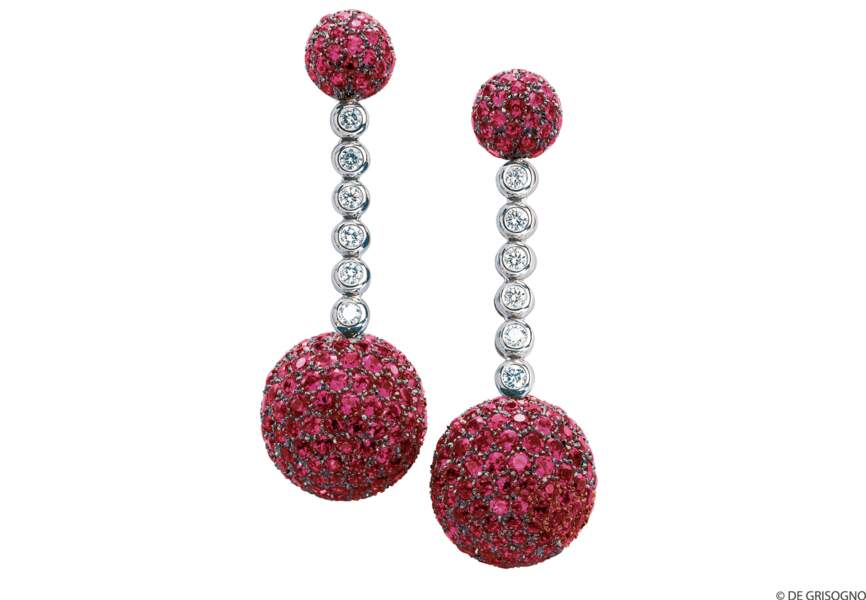 Boucles d'oreilles en or blanc serties de diamants et rubis