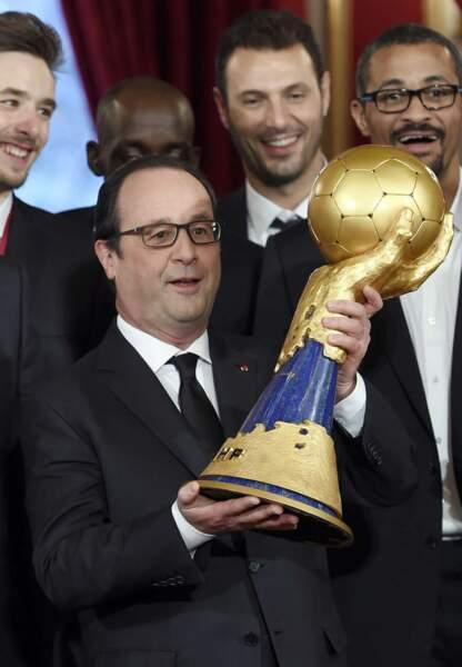 François Hollande tient le trophée