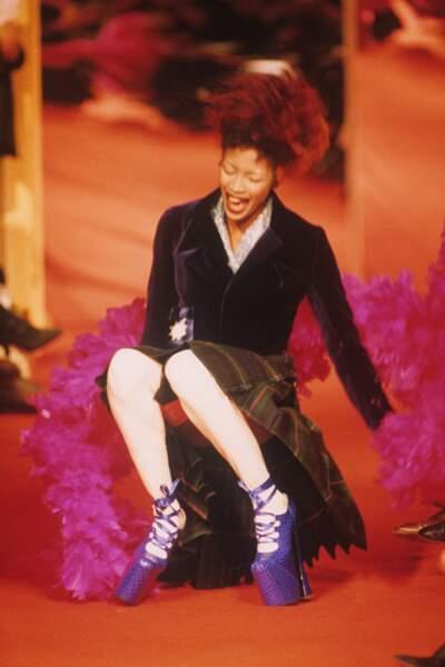 Sa célèbre chute lors du défilé Vivienne Westwood en 1993