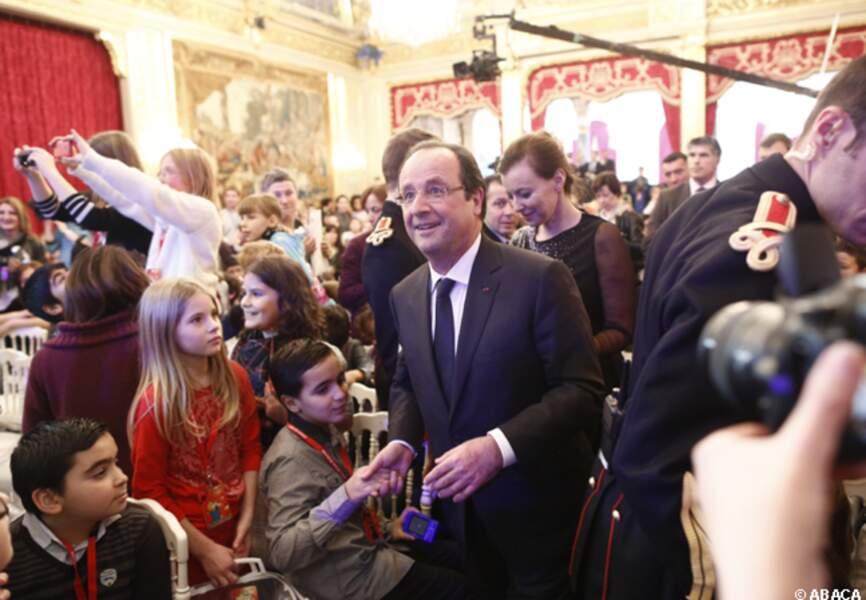 François Hollande entouré d'enfants heureux de ce Noël avant l'heure