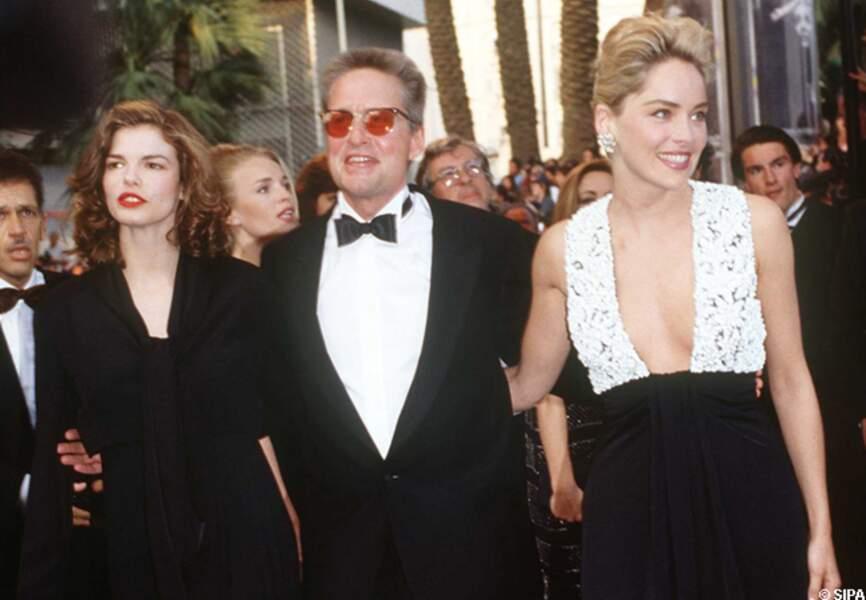 Michael Douglas monte les marches avec une certaine Sharon Stone en 1992