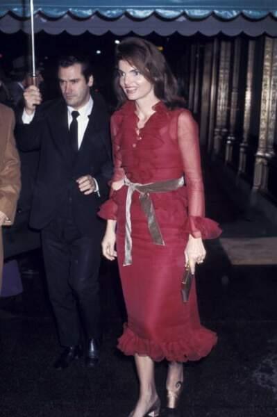 en 1970, somptueuse en rouge carmin
