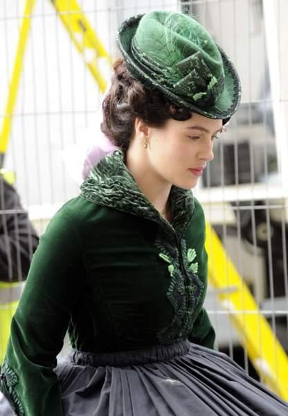 En costume d'époque elle aussi, Jessica Brown Findlay est présente à Manchester pour le tournage de Frankenstein
