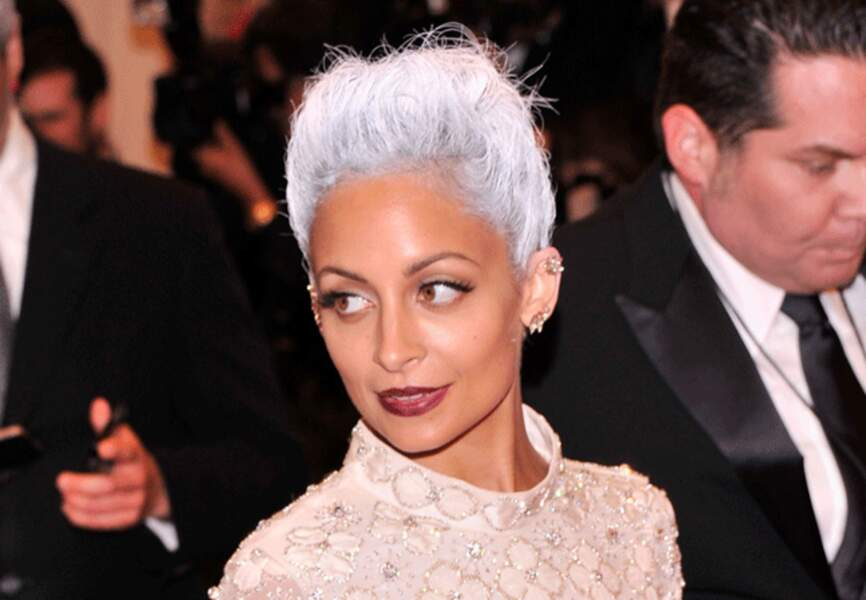 Nicole Richie crée la surpise avec sa chevelure blanche et son make-up dark