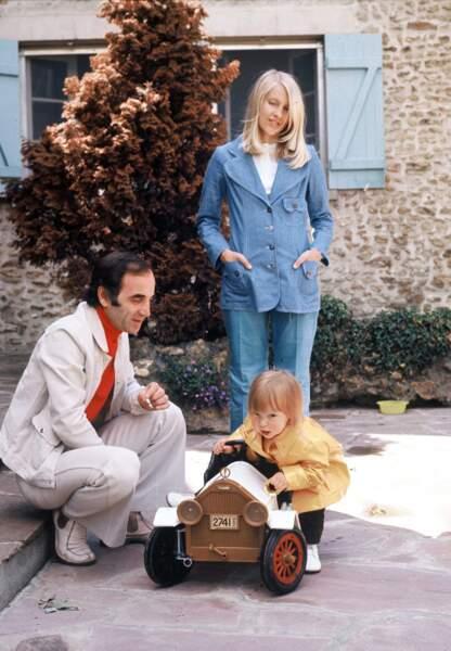 Malgré son travail, il trouve le temps de profiter de sa femme Ulla et de leur fille Katia. (1971)