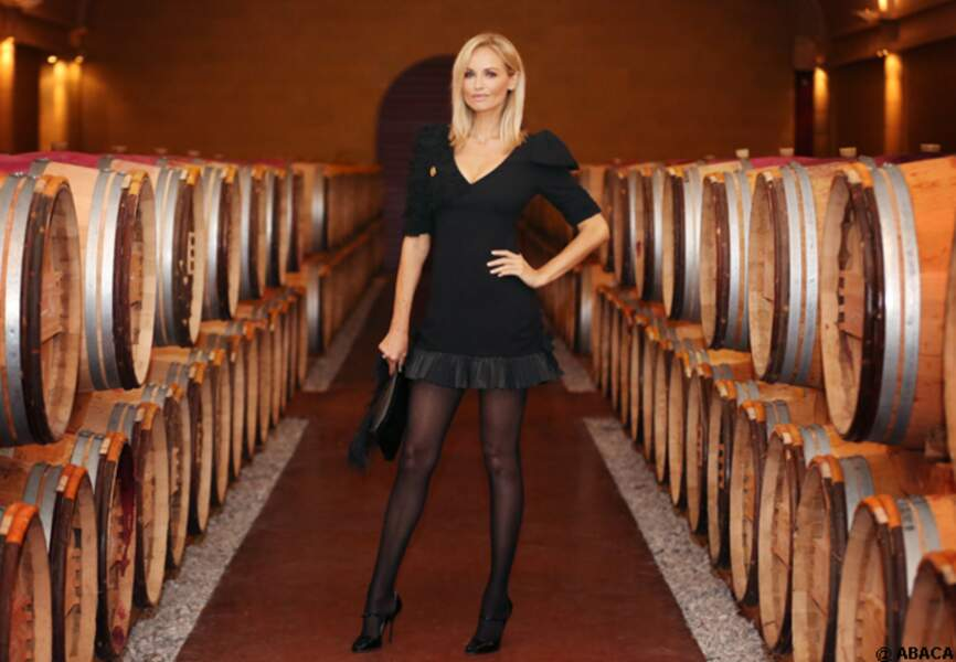 Adriana Karembeu prend la pose au milieu des tonneaux de vin