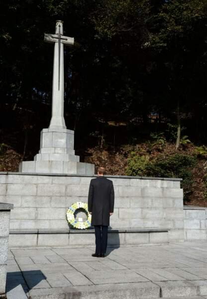 Le prince s'est recueilli devant le mémorial après y avoir déposé une gerbe de fleurs