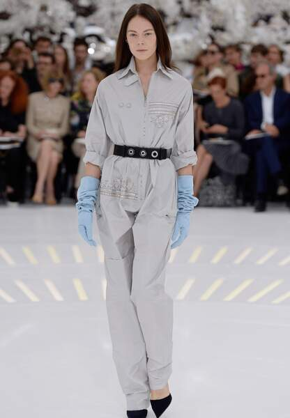Imperméable, ceinturée à la taille, cette combi de garagiste chic se porte avec gants pastel et escarpins