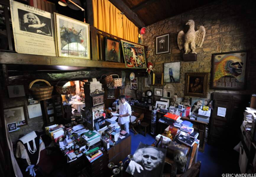 Dans le  bureau de l'artiste, chaque objet  est resté à sa place, intact